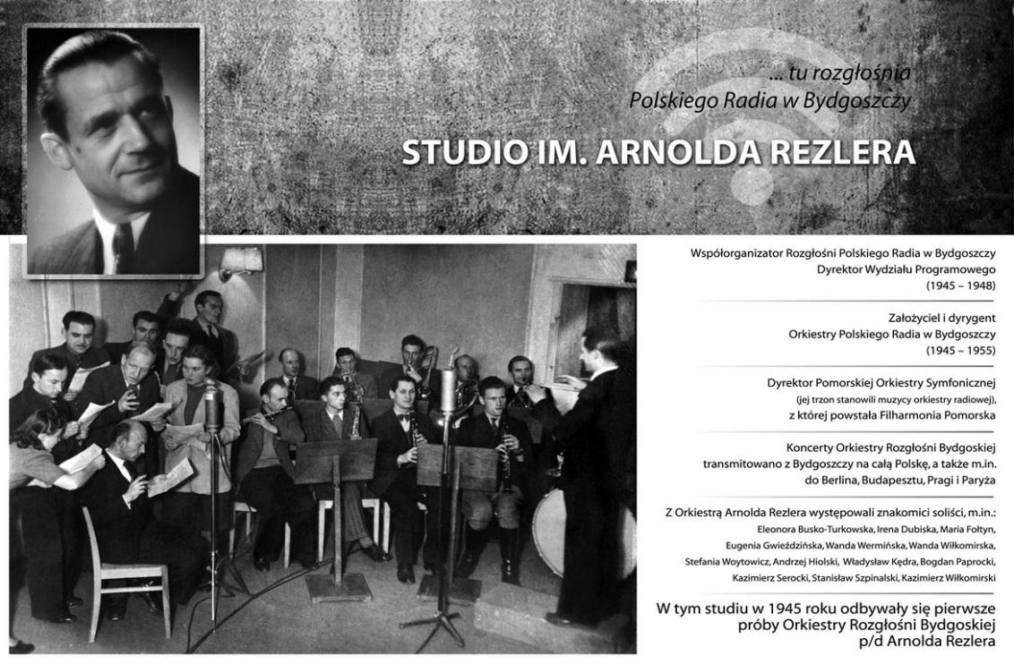 Tablica pamiątkowa z okazji nadania imienia Arnolda Rezlera studiu S–1 rozgłośni bydgoskiej.