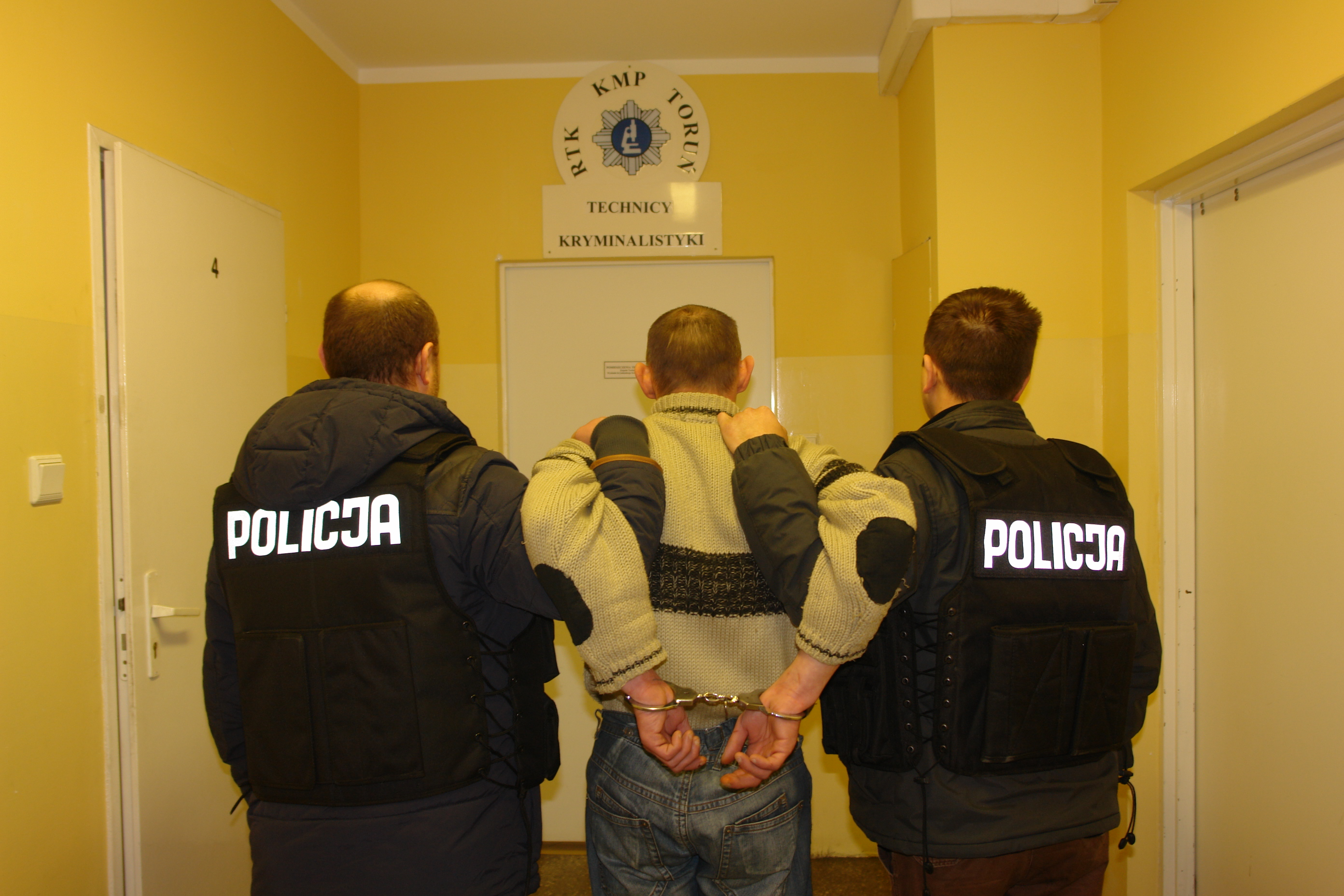 319886ed4 Toruńscy policjanci zatrzymali dwie osoby, podejrzane o dokonanie napadu na  93-letnią kobietę. Foto: Policja