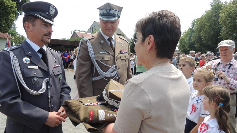 3bf618229538e Generał brygady Andrzej Przekwas przekazał Izbie Pamięci replikę munduru  generała Sikorskiego. Fot. Adriana Andrzejewska