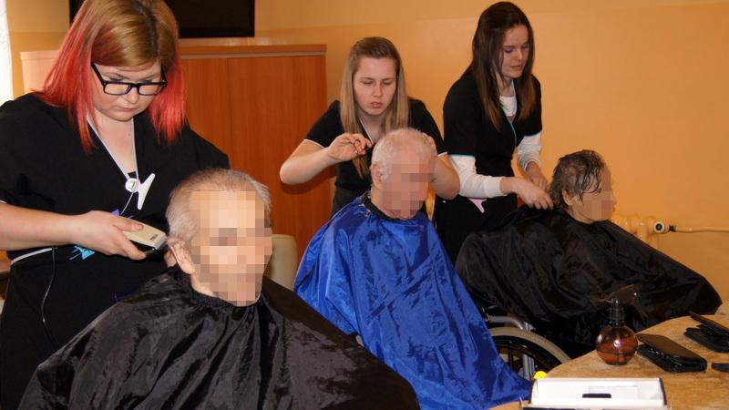 Darmowy Fryzjer Iskierka Dobroci Od Uczniów Dla Osób Starszych