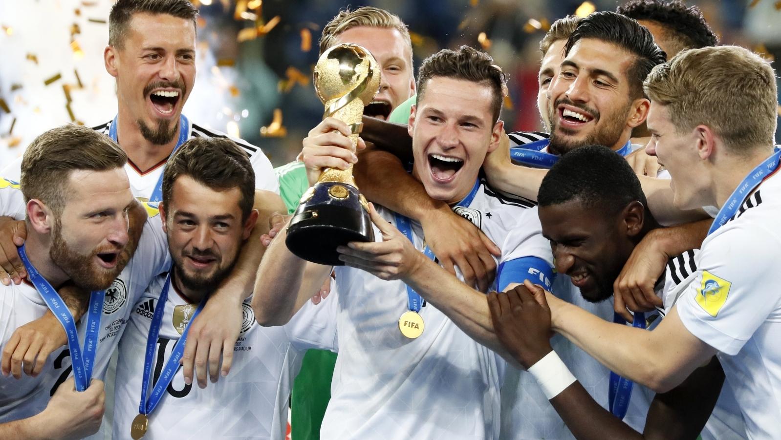 6c2c37b10 Na zdjęciu piłkarze reprezentacji Niemiec cieszą się z triumfu w Pucharze  Konfederacji FIFA 2017. Fot. PAP/EPA/YURI KOCHETKOV