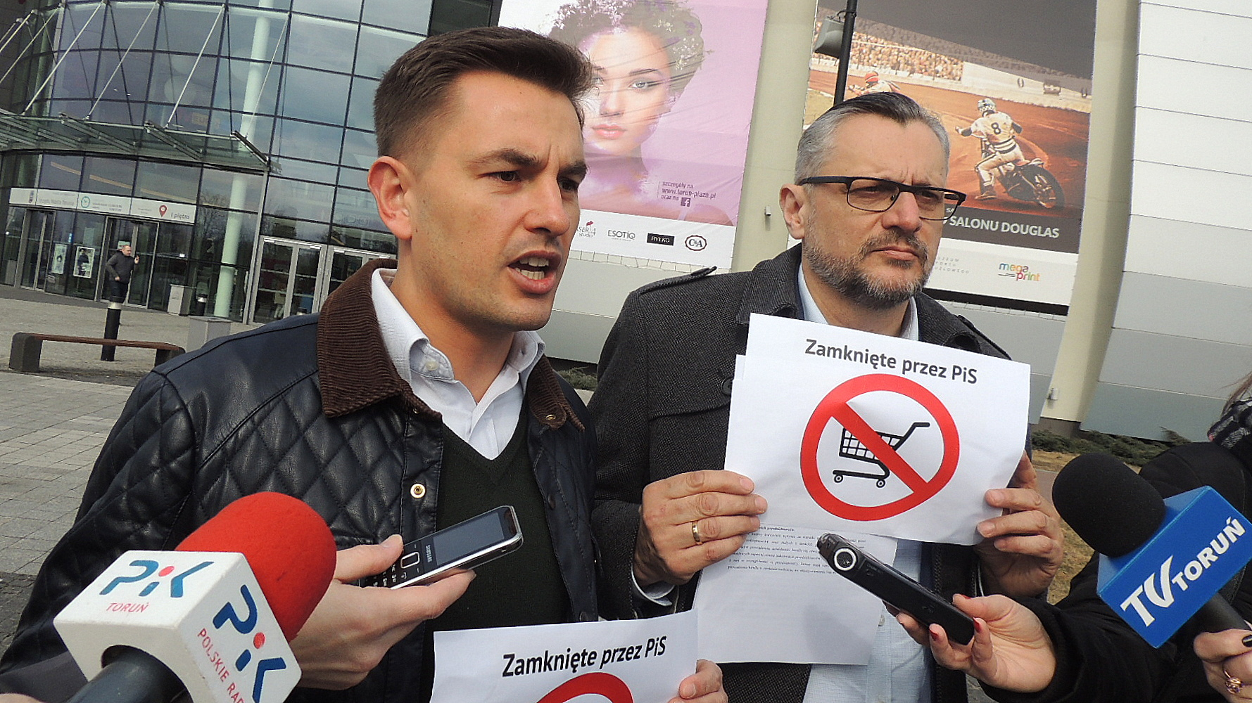 Posłowie Arkadiusz Myrcha (z lewej) i Tomasz Lenz podczas konferencji. Fot. Michał Zaręba