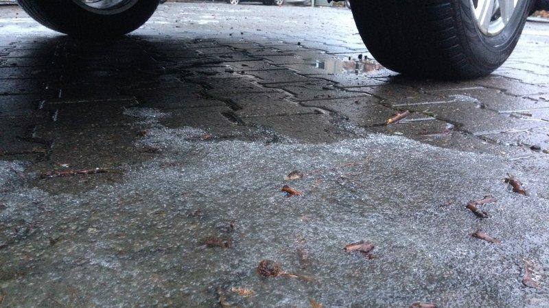 Opady marznącego deszczu ze śniegiem. Jest ostrzeżenie dla kierowców